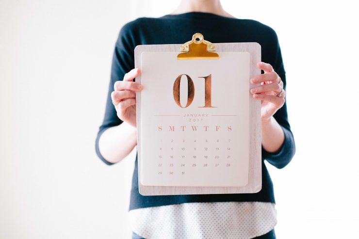 Frau, die Kalender vor sich hält