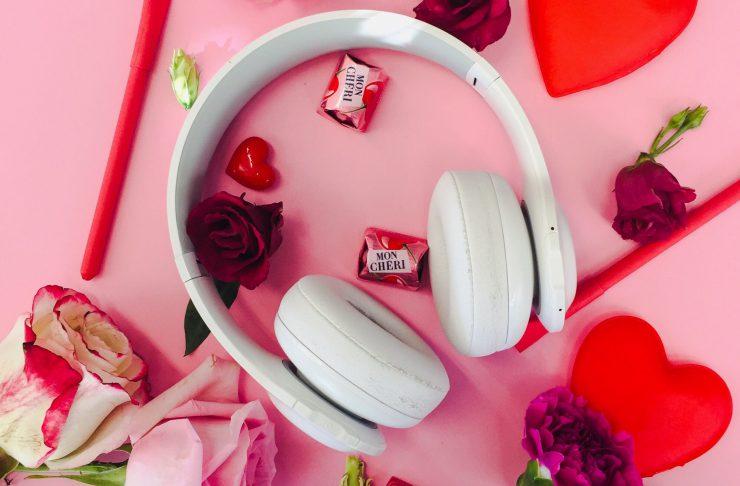Kopfhörer mit Blumen und Herzen