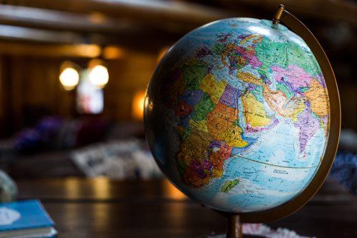 Globus im Halbschatten auf Tisch