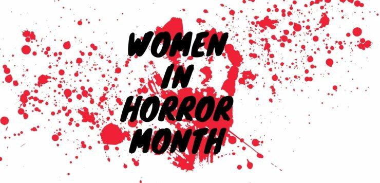 Schriftzug: Women in Horror Month vor einem blutigen Handabdruck und Blutspritzern