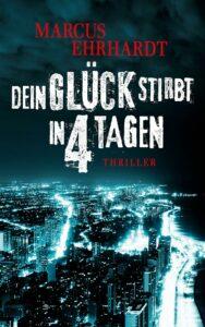 Das Cover des Titels Dein Glück stirbt in 4 Tagen von Autor des Monats Marcus Erhardt. Es zeigt eine Stadt, die in der Dunkelheit beleuchtet ist. Man kann Lichtstreifen sehen, die sich durch die Stadt ziehen.
