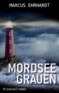 Das Cover des Titels Mordseegrauen von Autor des Monats Marcus Erhardt. Es zeigt einen Leuchtturm vor einem düsteren Hintergrund. Wellen schlagen gegen die Felsen auf welchen der Leuchtturm steht.