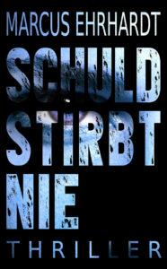 Das Cover des Titels Schuld Stirbt nie von Autor des Monats Marcus Erhardt. Es zeigt einen schwarzen Hintergrund. Darauf der Schriftzug des Titels. In den Buchstaben kann man ein Auge erkennen.